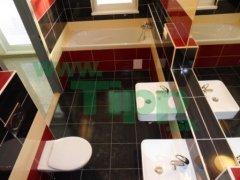 Rekonštruovaná kúpelna sprchovací kút a vaňa.JPG